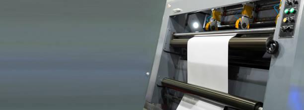 rollo de papel blanco en la máquina de corte de papel moderno - foto de stock