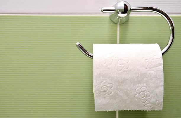 Blanco Rollo de papel higiénico de metal soporte para papel - foto de stock