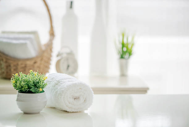 role acima de toalhas brancas na mesa branca com espaço de cópia na sala de estar turva fundo - banheiro estrutura construída - fotografias e filmes do acervo