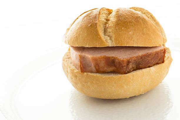 roll mit rind- und schweinefleisch loaf - bayerische brotzeit stock-fotos und bilder