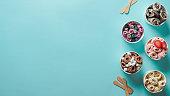 青い背景にコーンカップで巻かれたアイスクリーム