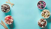 青い背景にコーンカップでロールアイスクリーム