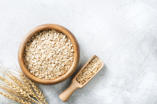 Rolled Oats In Wooden Bowl On Grey Background With Copy Space - Fotografias de stock e mais imagens de Agricultura