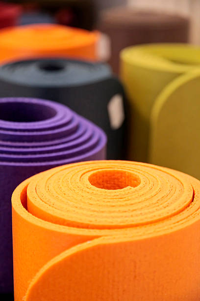 Hochgekrempelte yoga-Matten – Foto