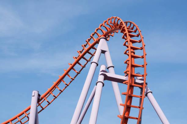 montaña rusa sobre fondo de cielo azul. - roller coaster fotografías e imágenes de stock