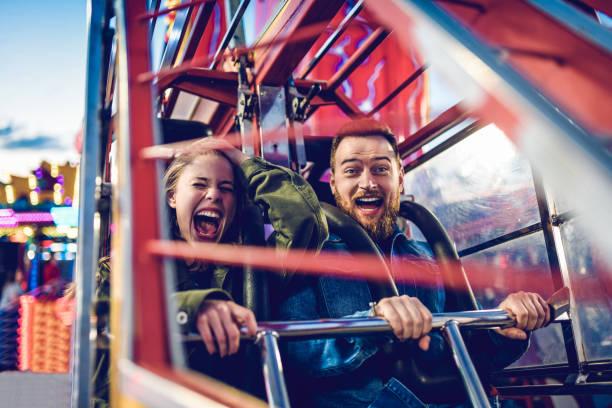 achterbahnfahrt fun times!!! - fahrgeschäft stock-fotos und bilder