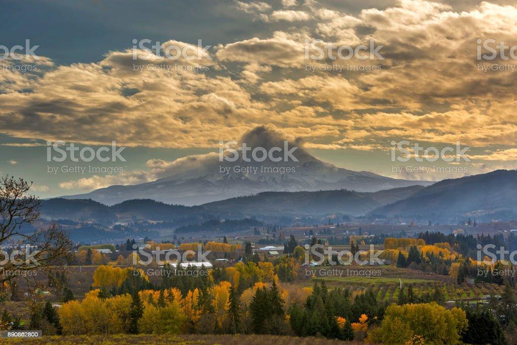 Rollende Wolken über Mount Hood in Hood River, Oregon Landwirtschaft Ackerland im Herbst Saison USA – Foto