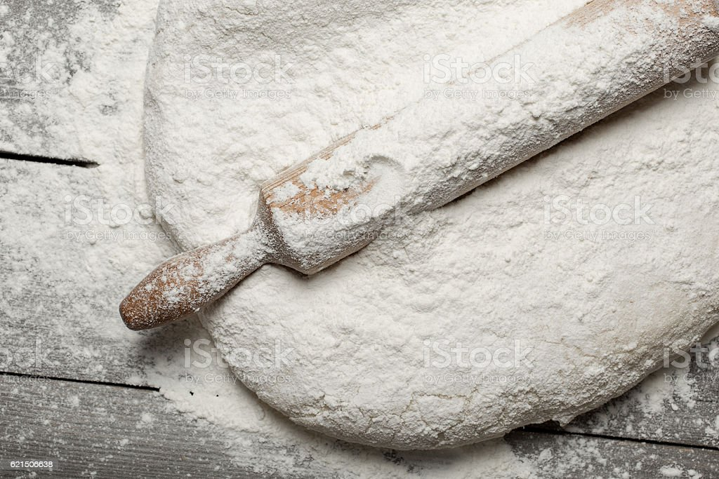 Rolling pin with flour close up on wooden table photo libre de droits