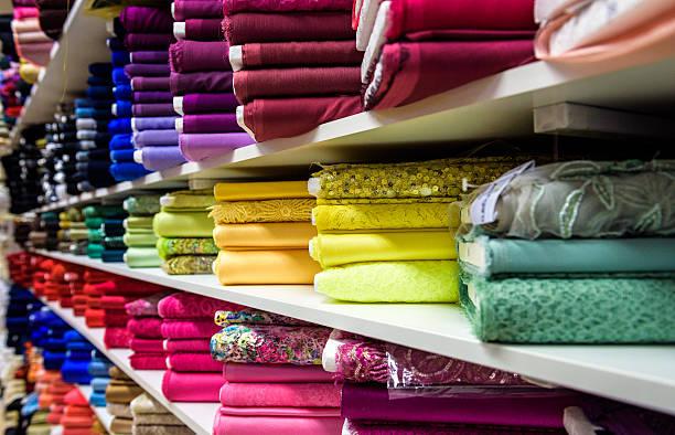 rollen material und stoffe in einer fabrik-shop shop - textilien stock-fotos und bilder