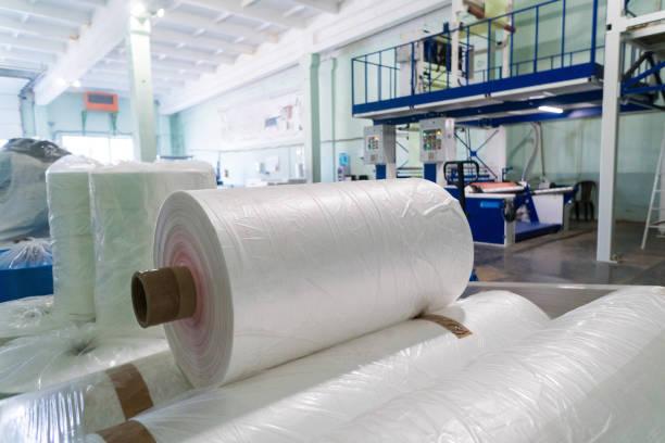 filmrollen aus polyethylen oder polypropylen in einer lagerhalle - polypropylen stock-fotos und bilder