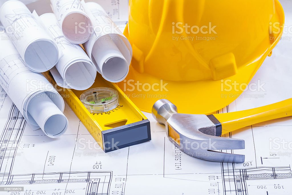 Rollos de blanco blueprints nivel Martillo de gancho de casco de construcción foto de stock libre de derechos