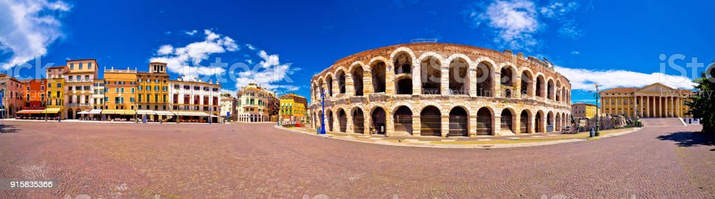 Roman amphitheatre Arena di Verona and Piazza Bra square panoramic view, landmark in Veneto region of Italy - foto stock
