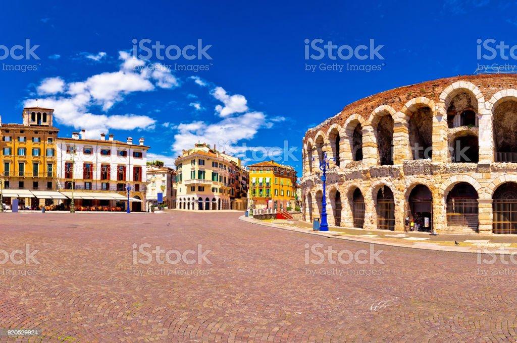 Römische Amphitheater Arena di Verona und die Piazza Bra Platz Panoramablick, Wahrzeichen in Venetien, Italien – Foto