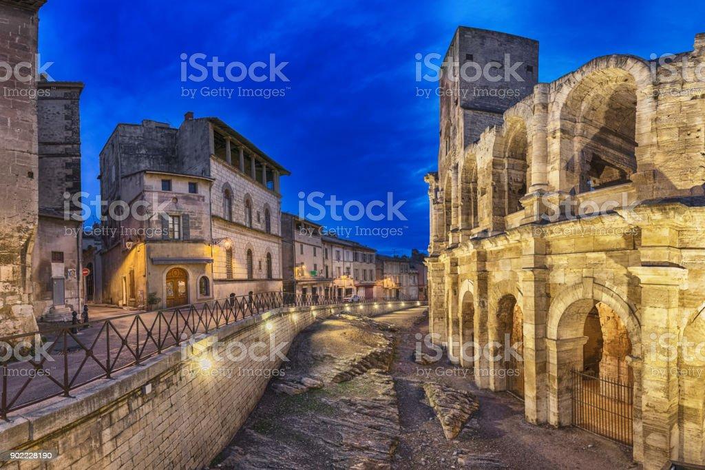 Römisches Amphitheater in der Abenddämmerung in Arles, Frankreich – Foto