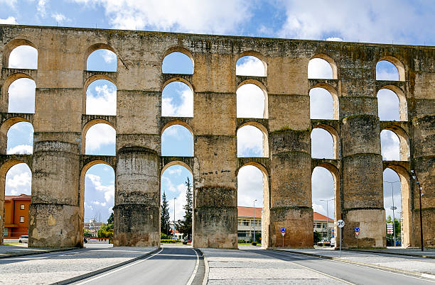 aqueduto romano da amoreira em elvas em portugal - amoreiras imagens e fotografias de stock