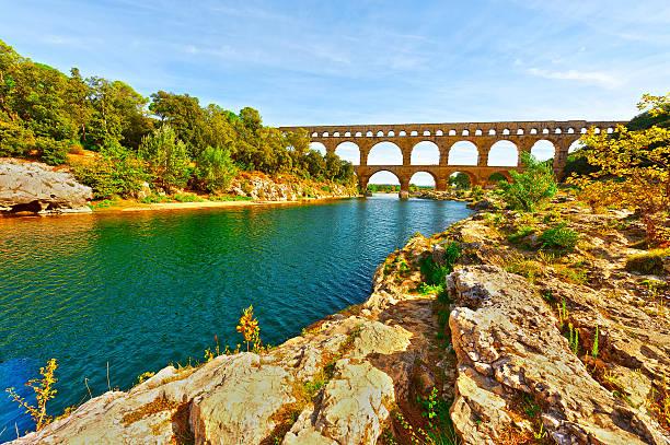 roman aqueduct - pont du gard stockfoto's en -beelden
