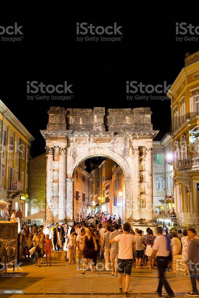 Roman arch in the center of Pula in Croatia – Foto