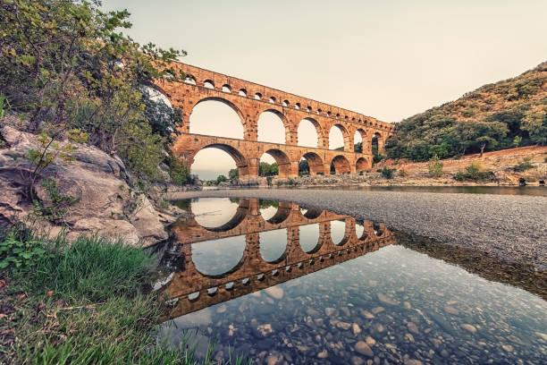 romeinse brug in frankrijk - pont du gard stockfoto's en -beelden