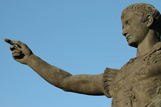 römischen kaisers augustus zeigt finger caesar - caligula film stock-fotos und bilder