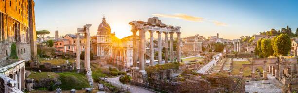 Foro Romano al amanecer, Roma, Italia. - foto de stock