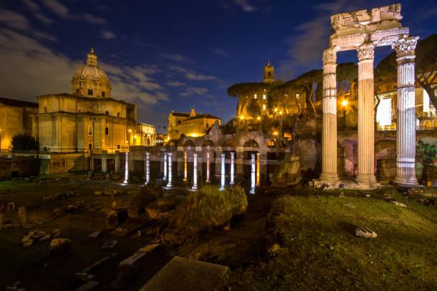 roman forum, trajans säule in rom - imperialismus stock-fotos und bilder
