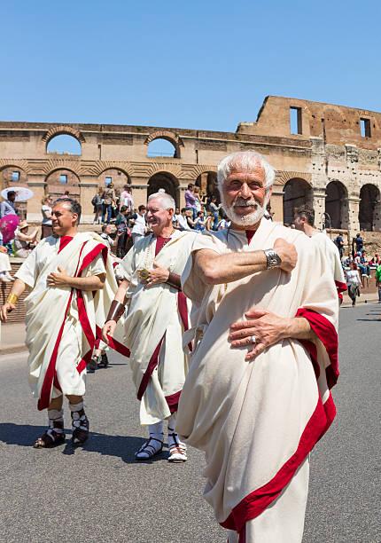 roman mann in toga begrüßung-historische parade, rom, italien - toga kostüm stock-fotos und bilder
