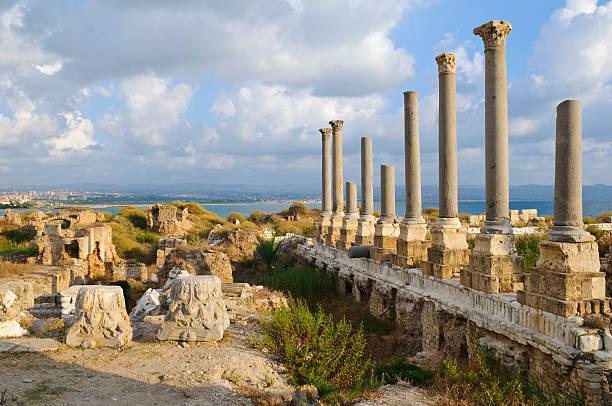 roman ruins by the sea in tyre, lebanon - tyre stockfoto's en -beelden