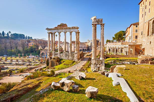ruines romaines à rome, forum - palais buccal photos et images de collection