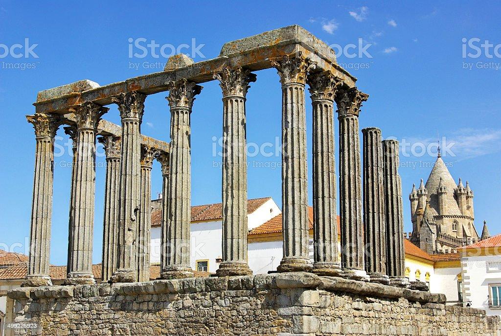 Römischer Tempel und der Kathedrale tower Evora, Portugal. – Foto