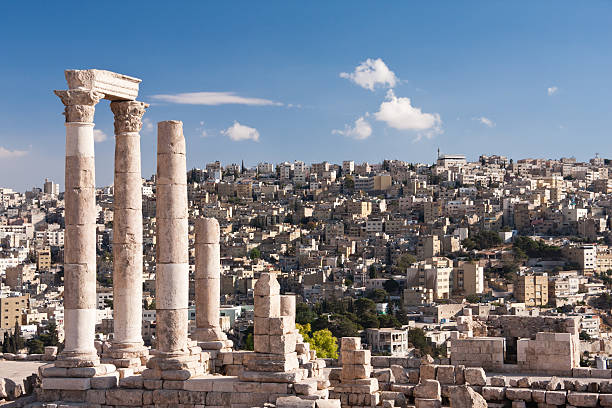roman temple d'hercule sur la citadelle d'amman en jordanie - jordan photos et images de collection