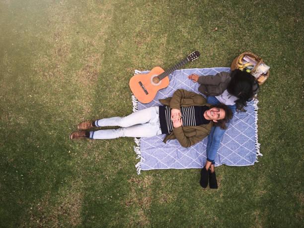 romance in the park - pasto al sacco foto e immagini stock