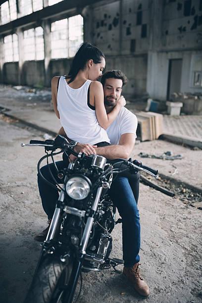 romance on a bike - motorrad männer stock-fotos und bilder