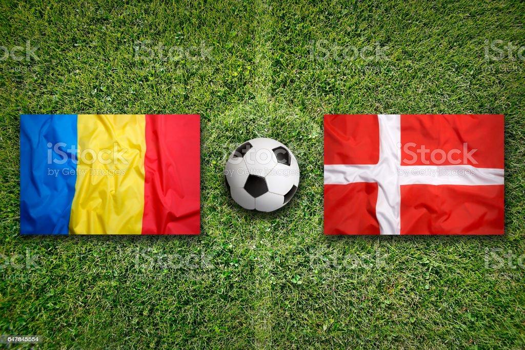 Rumänien vs. Dänemark Fahnen auf Fußballplatz – Foto