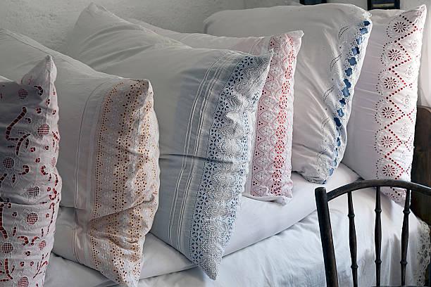 romanian pillows traditional embroidered - bauernhaus bett stock-fotos und bilder