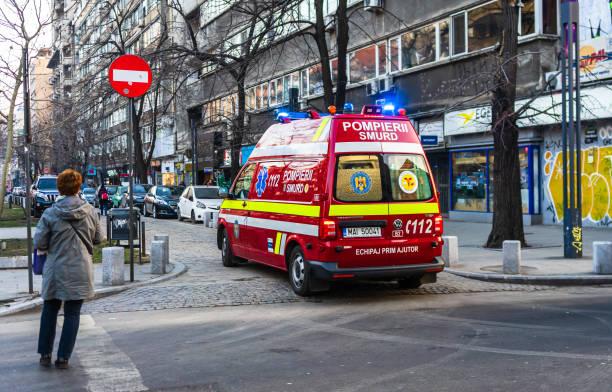 Rumänische SMURD Krankenwagen, 911 oder 112 Notarztimisten im Einsatz in der Innenstadt von Bukarest, Rumänien, 2020. Coronavirus weltweite Ausbruchskrise. Verbreitung des COVID-19-Virus – Foto