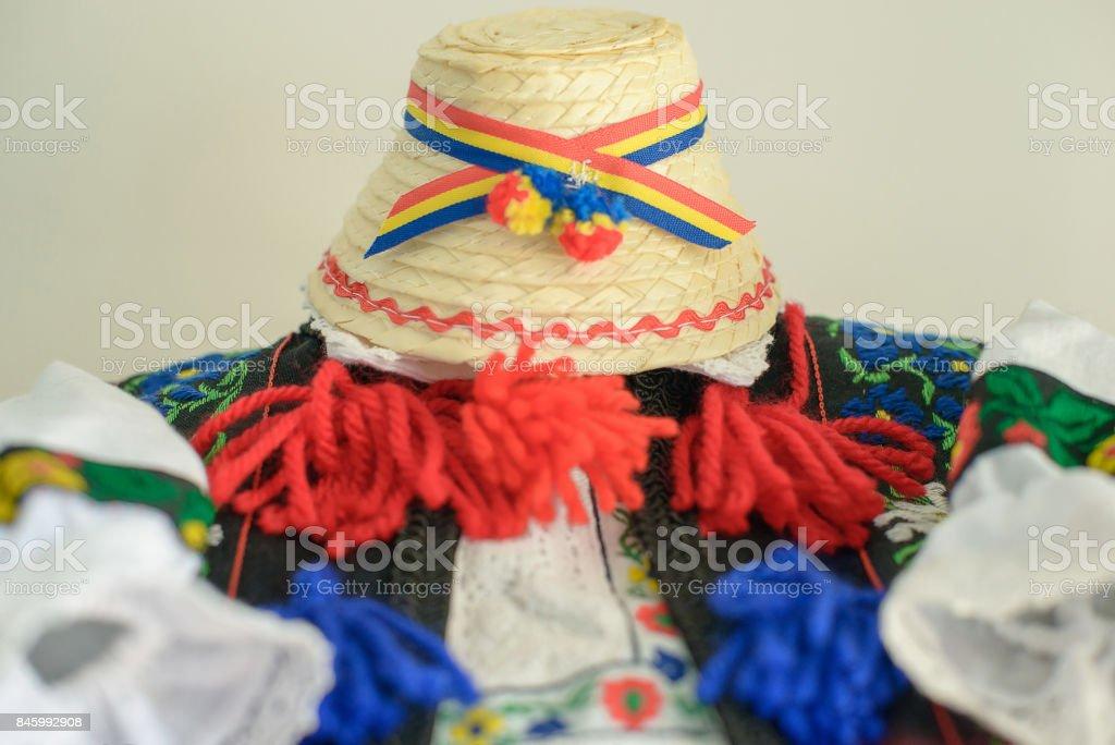 Traje masculino tradicional rumano con adornado camisa y sombrero de paja con el tricolor, específico de la parte norte del país, de Tara Oasului - país de la OEA, Maramures, Rumanía - foto de stock
