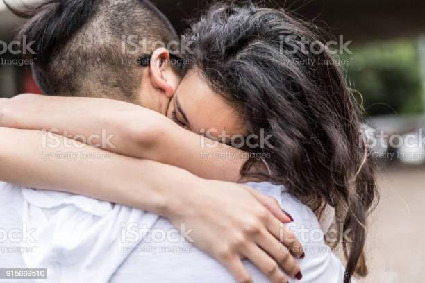 ロマンチックなカップルはアジア大会/ハグ - 2人のロイヤリティフリーストックフォト