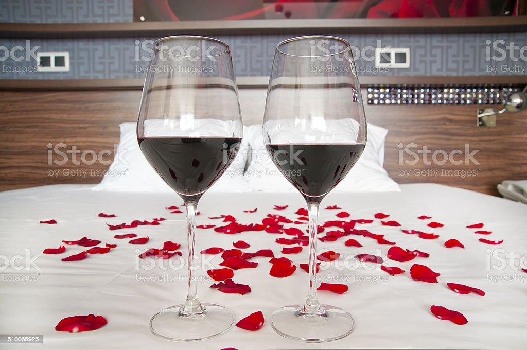 Chambre A Coucher Dune Suite Romantique Verres De Vin Rouge Et De