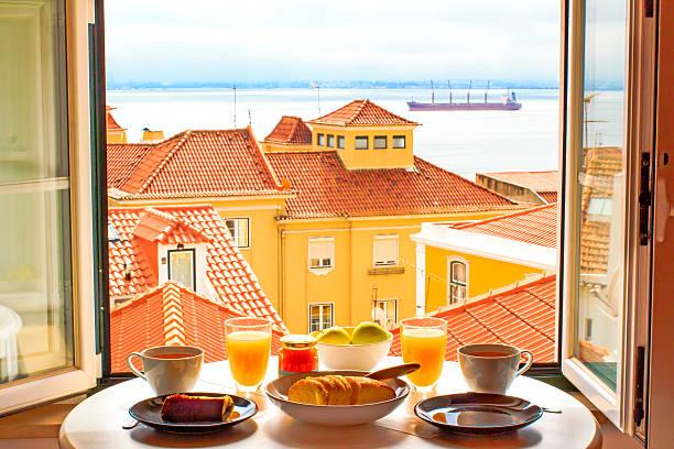 romantisches frühstück am fenster - portugiesische desserts stock-fotos und bilder