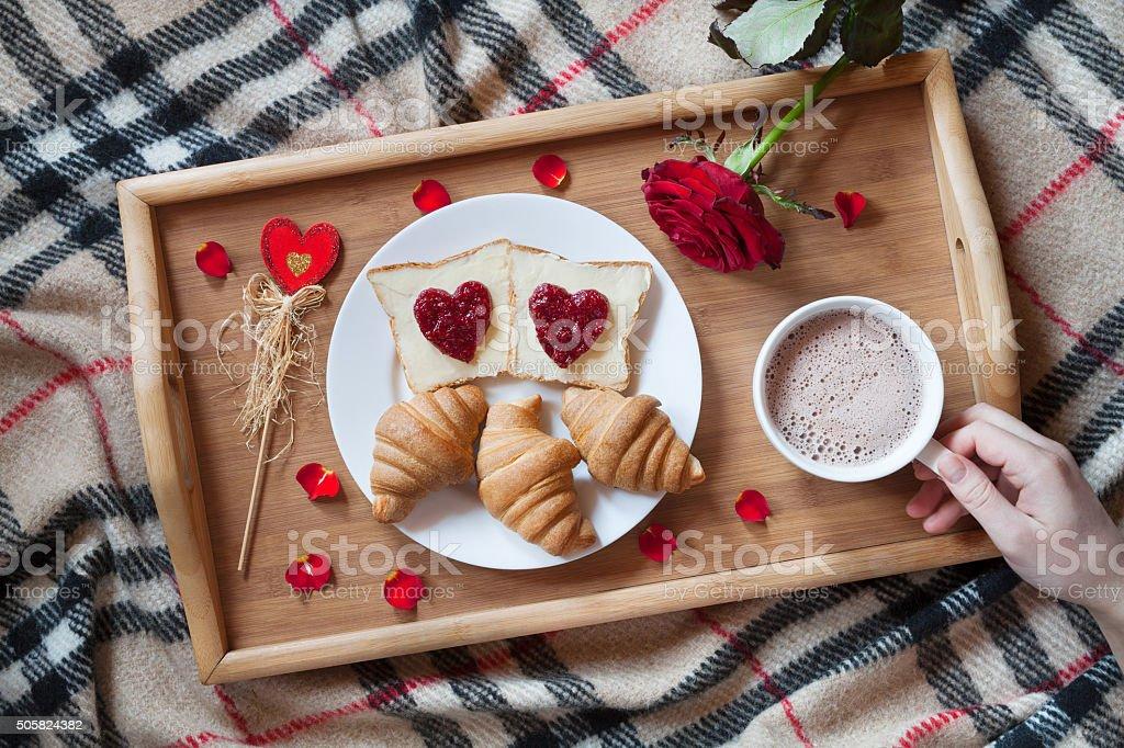 Camere Da Letto Romantiche Con Petali Di Rosa : Romantica prima colazione a letto con fiori e petali di rosa e