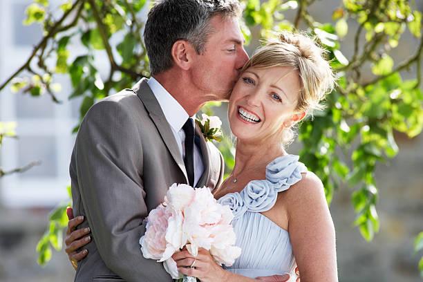 Romantische Braut und Bräutigam umarmt im Freien – Foto