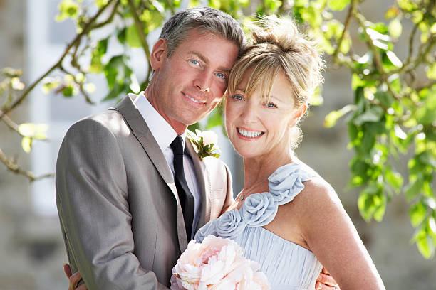 romantische braut und bräutigam umarmt im freien - hochzeitskleid über 50 stock-fotos und bilder