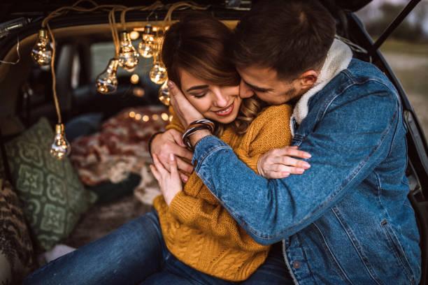 dag van de romantische camping - verliefd worden stockfoto's en -beelden