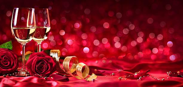 romántico celebración del día de san valentín-con vino y rosas. - cena romantica fotografías e imágenes de stock