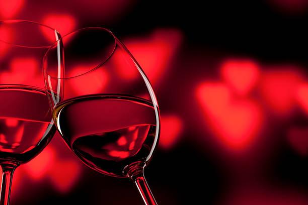 romántico de celebración del día de san valentín amor rojo vino de wineglass - cena romantica fotografías e imágenes de stock