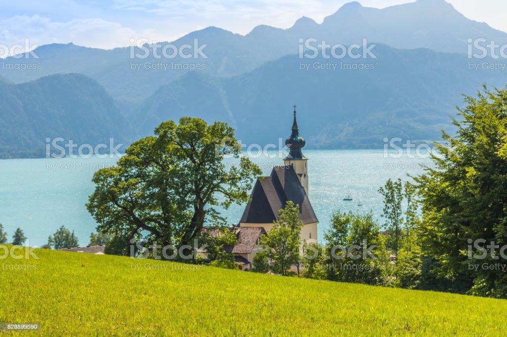 romantische Kirche Sankt Andreas mit schönem Blick auf den Attersee in Österreich – Foto