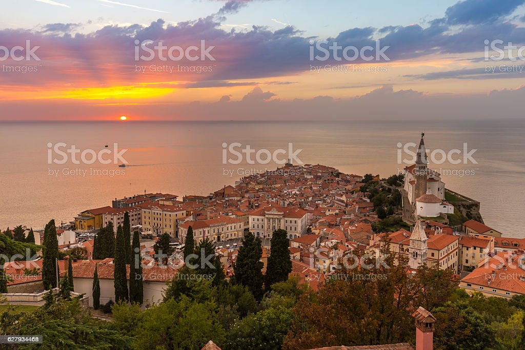 Romantic colorful sunset over picturesque old town Piran, Slovenia. - Lizenzfrei Abenddämmerung Stock-Foto