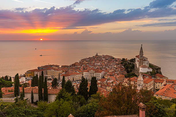 Romantic colorful sunset over picturesque old town Piran, Slovenia. – Foto