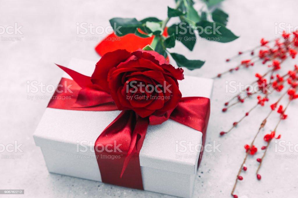 Romantische Komposition Mit Rosenblüten Und Geschenkbox