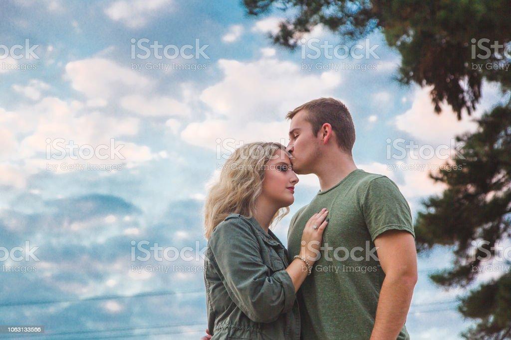 Pareja romántica al atardecer - foto de stock